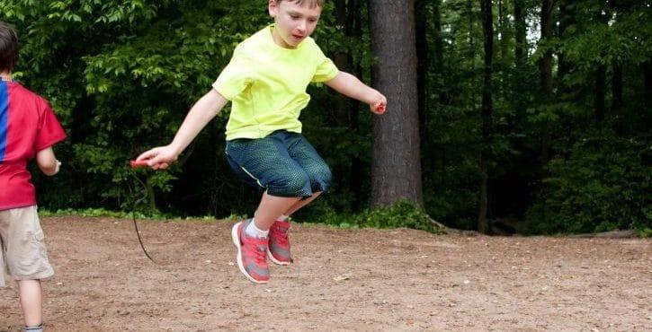 El niño con hiperactividad no puede estar quieto
