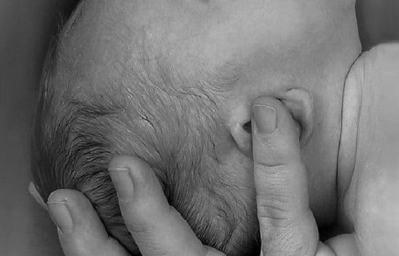 Sujetando la cabeza