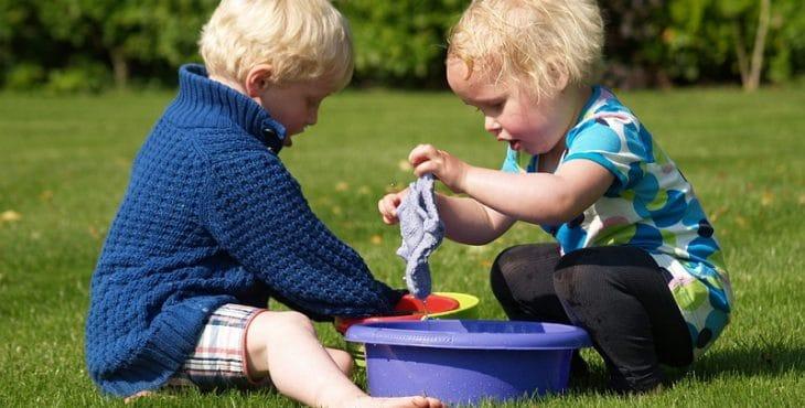 Juegos para niños que estimulan a bebes en el agua