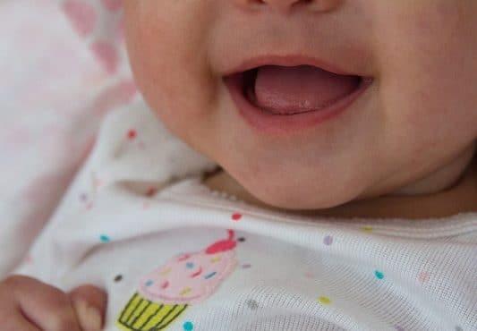 nene sonriente