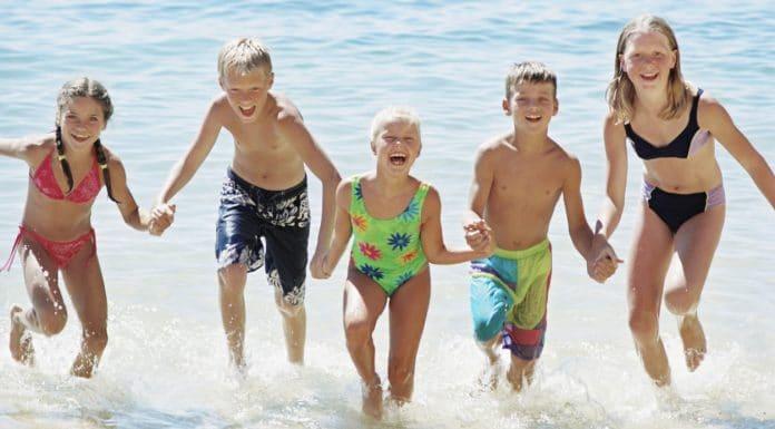 primeras vacaciones en familia en la playa viajar con niños