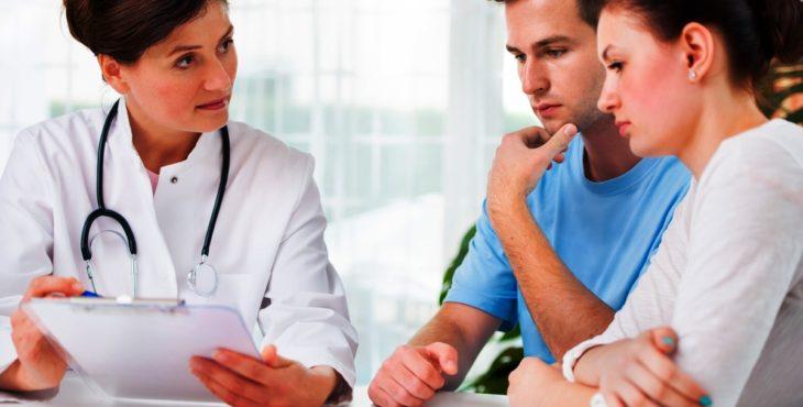 Pareja en la consulta con el médico
