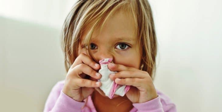 Niña con secreción nasal