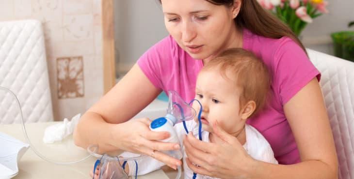 Niño con aerosol broncodilatador