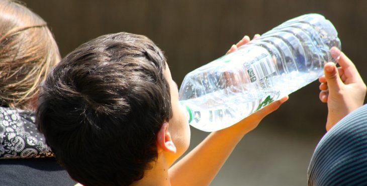 Niño con bronquitis tomando agua