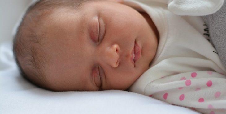 Bebé de 2 meses durmiendo