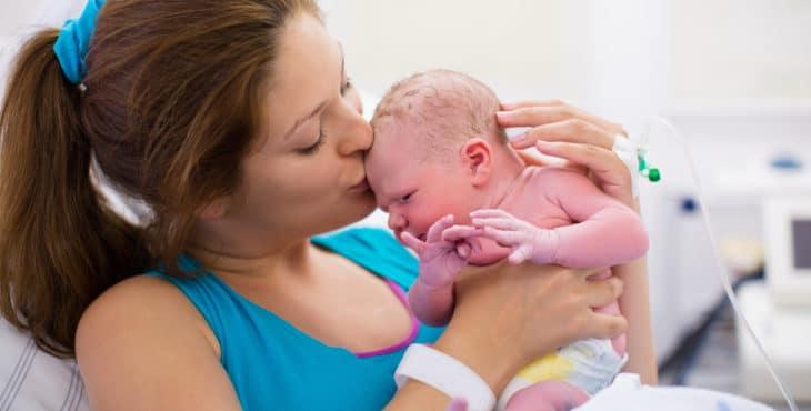 Recién nacido con su mama
