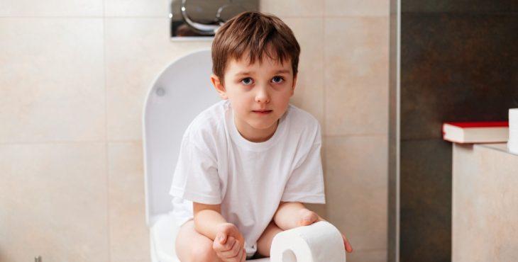Niño en el inodoro