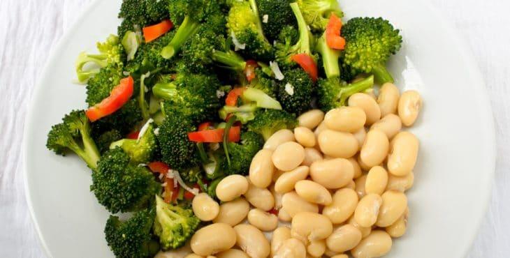 Ensalada con brócoli y frijoles blancos
