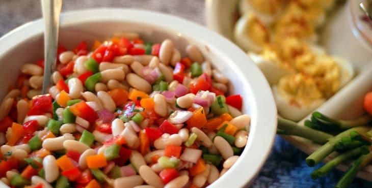 Plato de ensalada muy colorido