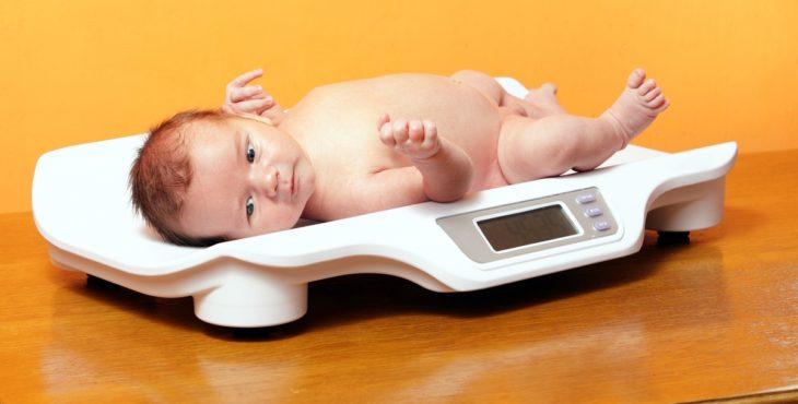 Bebé en una balanza