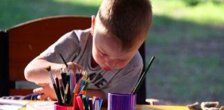 Niños dibujando y coloreando