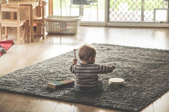 Niño con instrumentos musicales