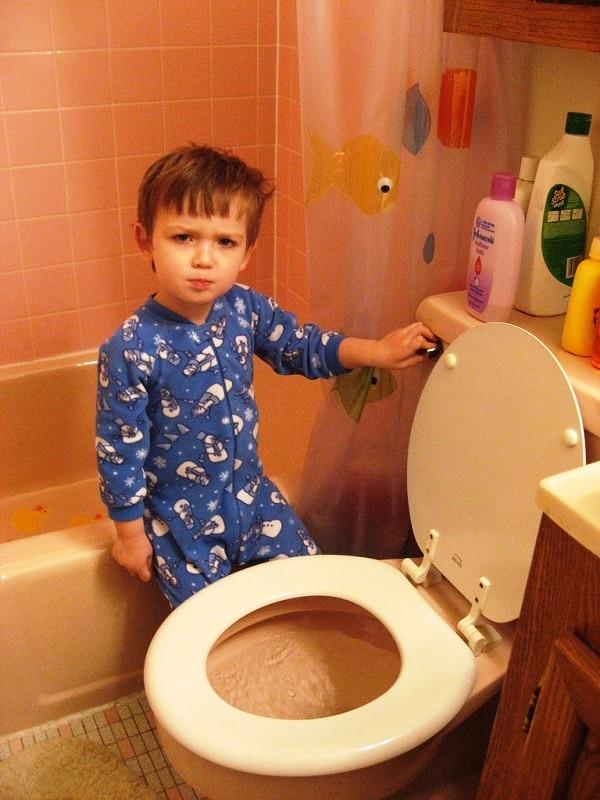 Lavado de las manos después de usar el inodoro