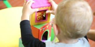 Niño jugando con cubos
