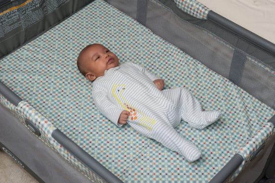 Bebé acostado boca arriba