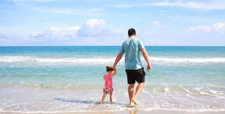 Padre caminando con su hija